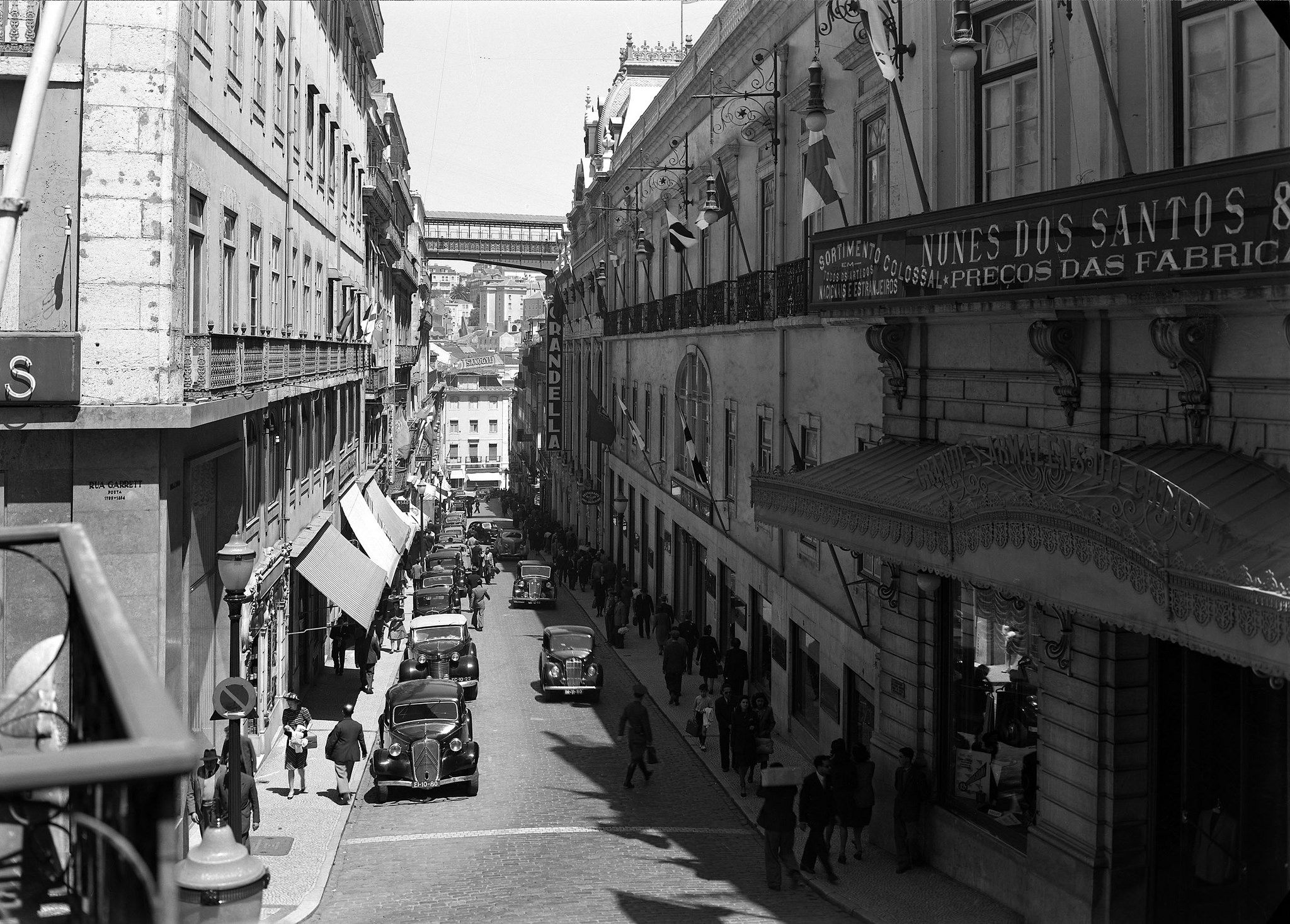 https://flic.kr/p/o3igpb | Rua do Carmo, Lisboa, Portugal | Vista de rua. Fotografia sem data. Produzida durante a atividade do Estúdio Horácio Novais: 1930-1980.  [CFT164.161399.ic]