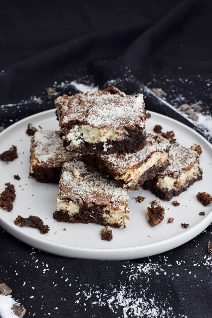 Bounty Brownies - Saftige Brownies mit Kokos Füllung