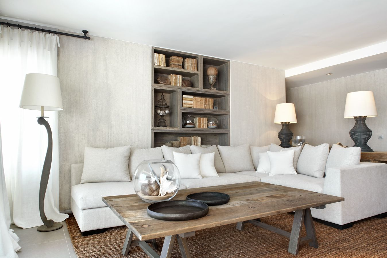Molins Interiors // arquitectura interior - interiorismo - decoración - salón - sofá - blanco - librería - biblioteca - country - mesa de centro