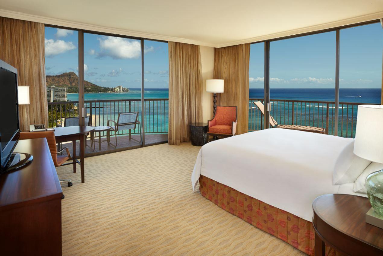 Oceanfront Paradise Awaits Hilton Hawaiian Village Lies On 22 Beachfront Acres At The Fa Hilton Hawaiian Village Hilton Hawaiian Village Waikiki Waikiki Beach