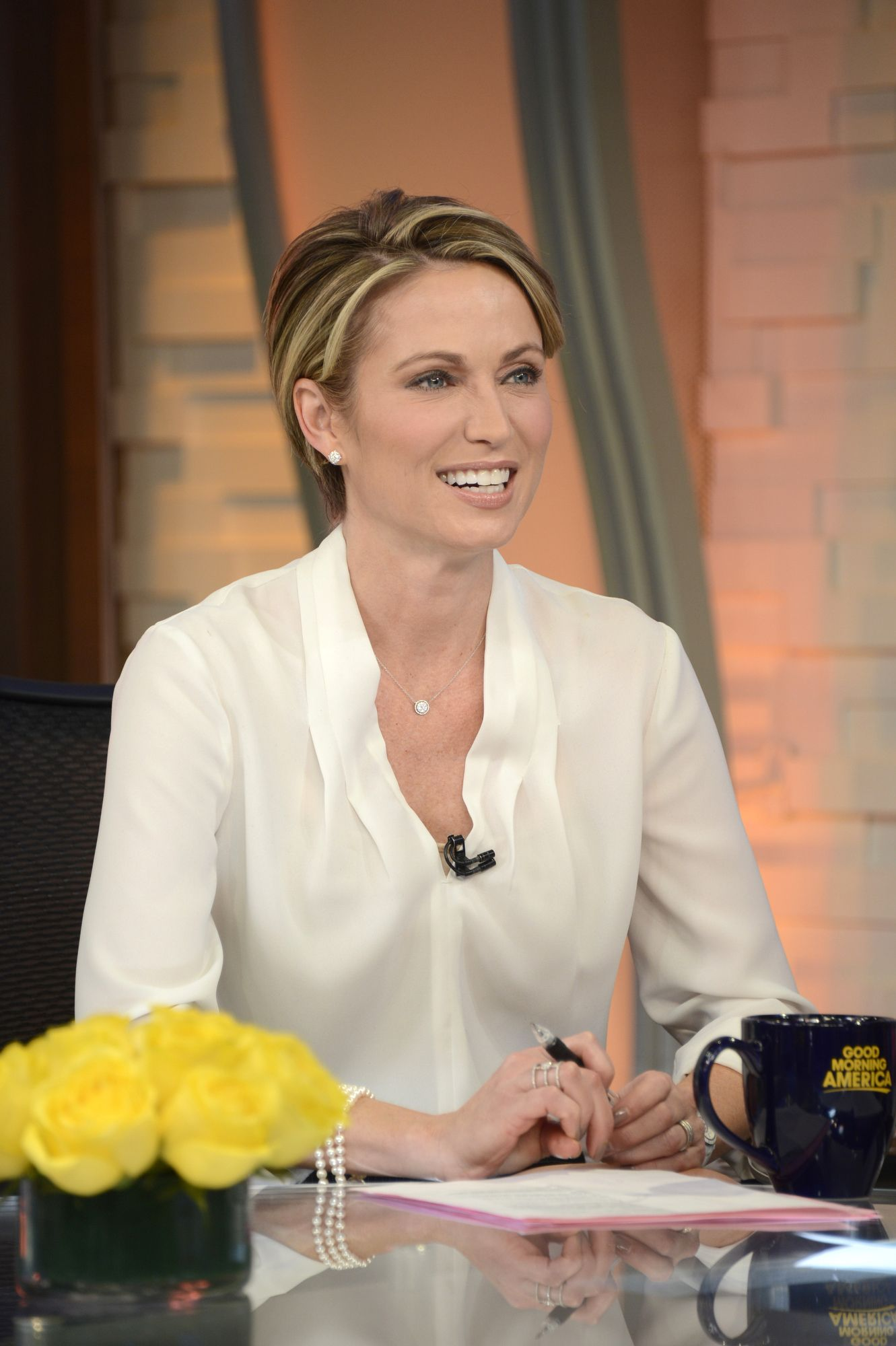 Amy Robach Joins The Anchor Desk On Good Morning America Amy Robach Hollywood Hair Amy