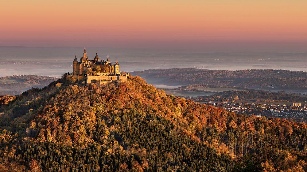 Blick Auf Die Burg Hohenzollern Vom Zeller Horn Bei Sonnenaufgang In Der Schwabischen Alb Thront Die Weithin Sichtbare Burg Hohenzol Burg Sonnenaufgang Alpen