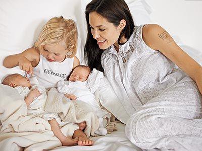 Angelina Jolie Mit Shiloh Und Ihren Neugeborenen Zwillingen Fur Das People Magazin Shooting Angelina Jolie Fotos Brad Pitt Neugeborene Zwillinge