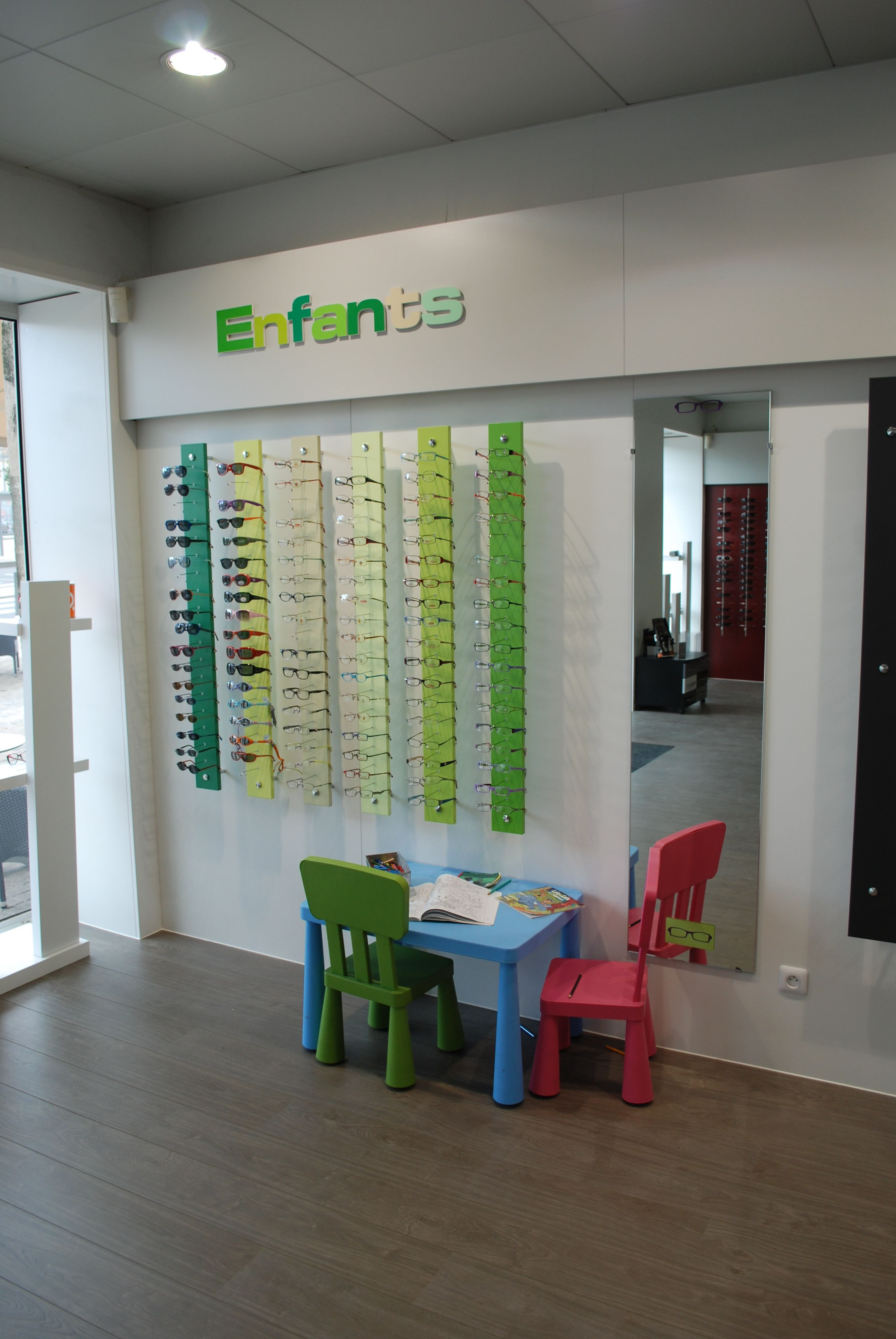 showroom optique jcda agencement du magasin d 39 optique les lunettes de jules 33 espace enfant. Black Bedroom Furniture Sets. Home Design Ideas