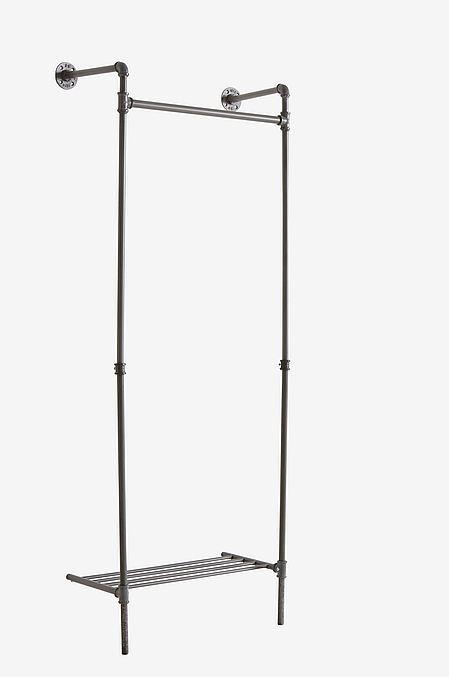 Naulakko metallia. Sopii vaikkapa makuuhuoneeseen tai eteiseen. Teollistyyliset detaljit. Kenkäteline alaosassa. Ruuvataan kiinni seinään. Korkeus 182 cm. Leveys 75 cm. Syvyys 33 cm. Toimitetaan osina.