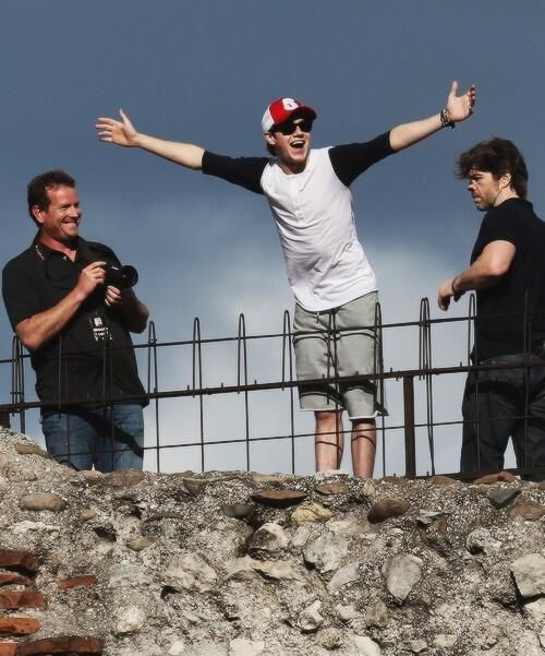 Niall replaying the Titanic scene :)