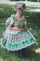 Young woman from Veľké Kozmárovce in festal ensemble /Fotografia mladej ženy vo sviatočnom kroji