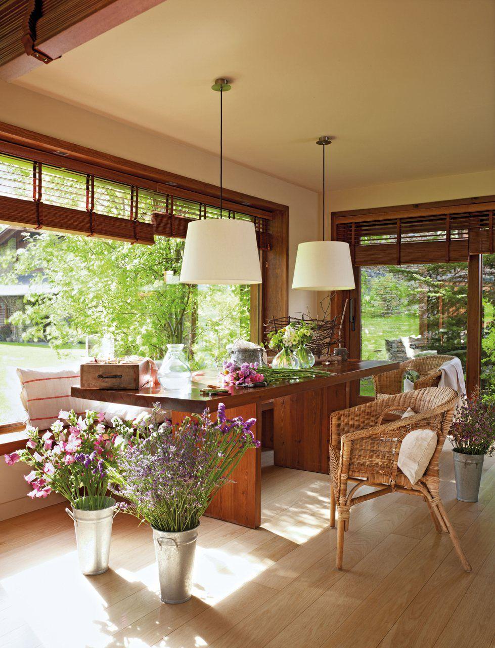 (O piso, as janelas, o verde, a mesa!) Vivir entre flores en la Cerdaña · ElMueble.com · Casas