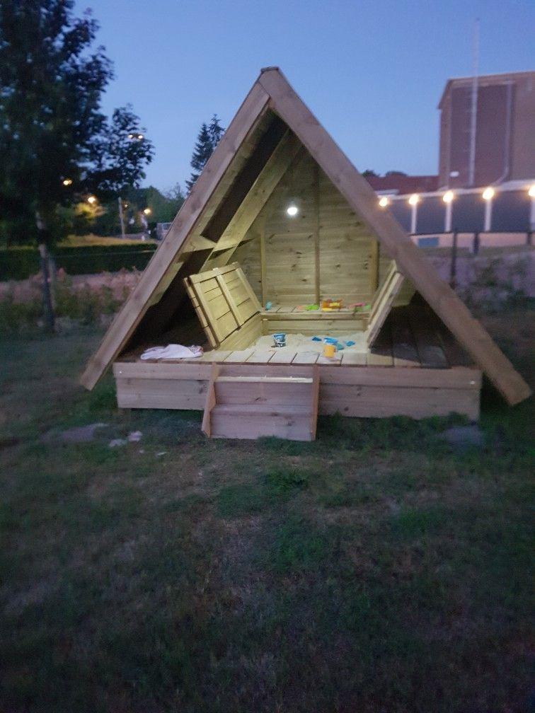 De Bruin Hout.Mooie Overdekte Chillplek Met Ingebouwd Een Zandbak Gemaakt