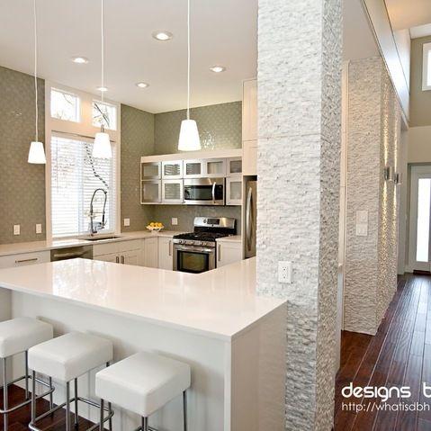 Cocina moderna de concepto abierto decoracion cocina - Columnas decoracion interiores ...