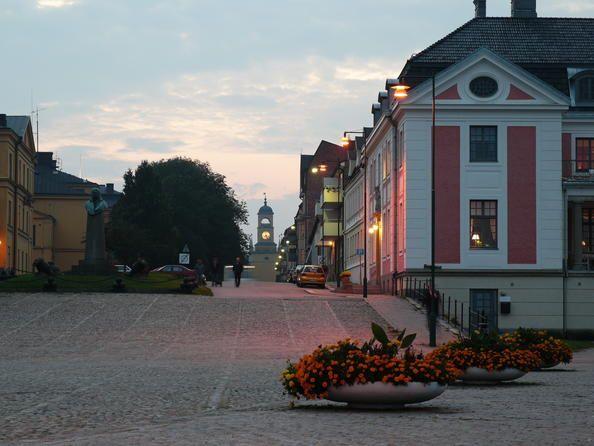 Suecia 09 Puerto naval de Karlskrona Karlskrona es un ejemplo excepcional de las ciudades navales planificadas, características de finales del siglo XVII en Europa. Ha conservado intactos su trazado primigenio y numerosos edificios, así como algunas instalaciones ilustrativas de su desarrollo ulterior hasta nuestros días