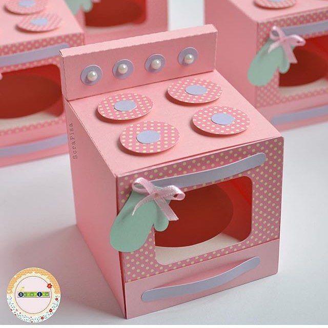 Bom dia, continuando o tema Confeitaria, é a vez de mostrar as caixas em formato de fogão. Posso fazer em outras cores. Orçamentos: scrapisa@terra.com.br #temaconfeitaria #confeitaria #festaconfeitaria #produtospersonalizados #cha #chadepanela #fogao #caixapapel #box #ideiascriativas #scrapisa #scrapfesta #encontrandoideas #festejarcomamor #partyideas