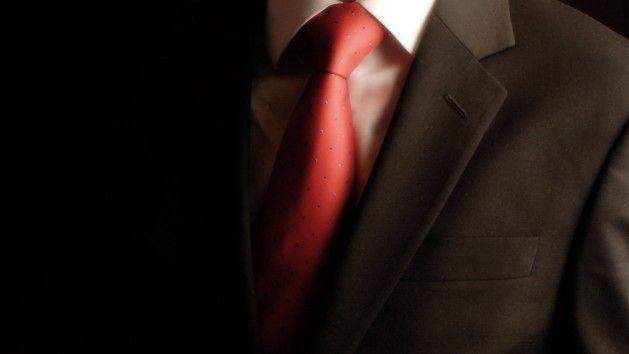 CAMISA LISA CLARA: Se você optar por uma camisa lisa branca ou de qualquer cor clarinha é muito fácil encontrar uma gravata para compor o look. Basta escolher uma de cor forte e com algum tipo de estampa, como listras, bolinhas ou xadrez