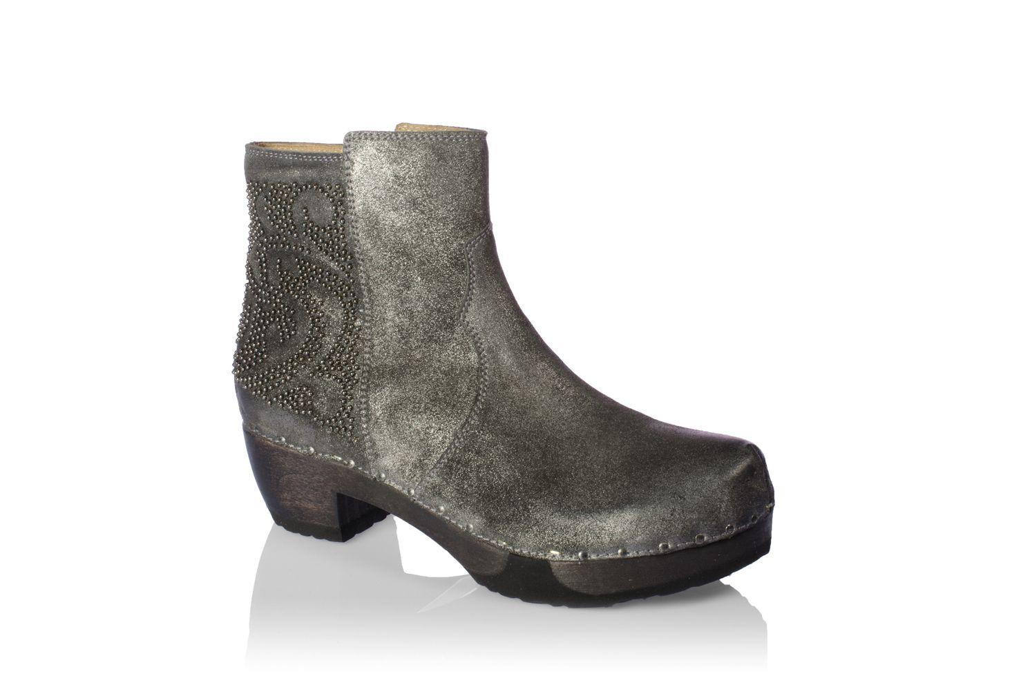 Jayda Suede Polvere Granit – Prägnant sind die Nieten, die in barockem Muster aufgebracht sind. Der angesagte Metallic-Effekt entsteht durch ein aufwendig auf das Leder aufgetragene Glanzfinish. Und gute Manieren hat es auch: der 4,5-cm-Absatz und die weiche, flexible Sohle sind ganz lieb zu den Füßen.