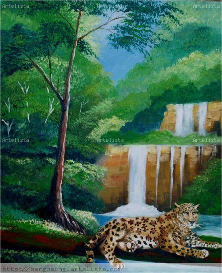 Jaguar descansando frente a la cascada
