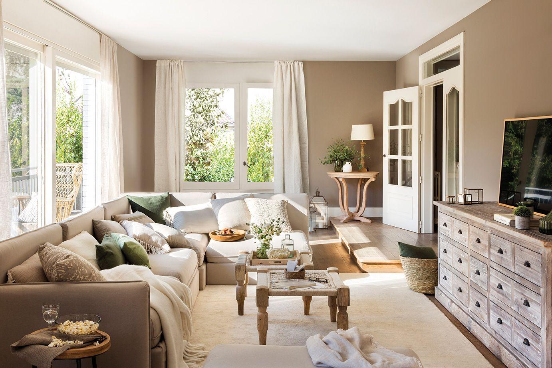 Muy familiar para ver la tele casa decoraci n de unas salones r sticos y sof beige - Ver decoracion de salones ...