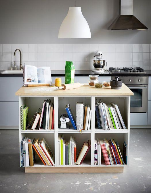 Zwei fotos einer kücheninsel die sich ideal zum backen und zum aufbewahren von kochbüchern und