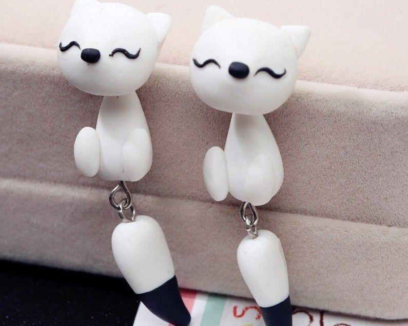 Øreringe med hvide katte, 49 kr. Se vores mange sjove øreringe af plexiglas, eller smykkeler. http://uglenimosen.dk/produkter/71-sjove-oereringe/
