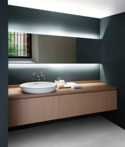 novedades tendencia mueble suspendido con lavabo sobre encimera con espejo led luz indirecta