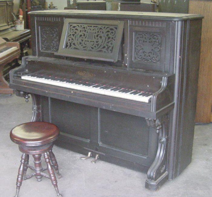 человека диван пианино старого образца фото большинства