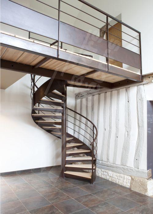 Escalier en colimaçon et passerelle métal rouillé et bois type pont