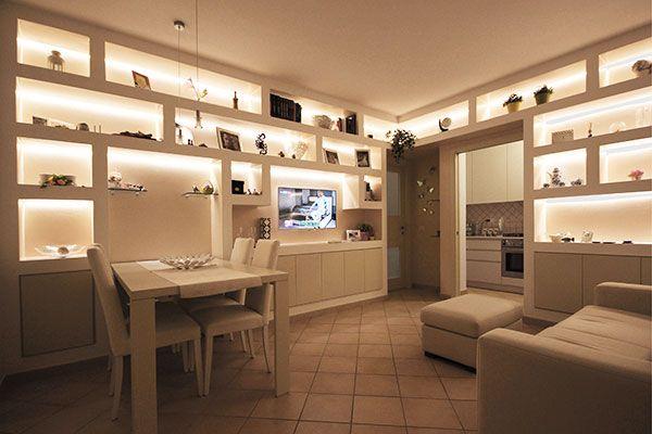 Cartongesso Salotto : Salotto con parete attrezzata in cartongesso illuminata a pisa