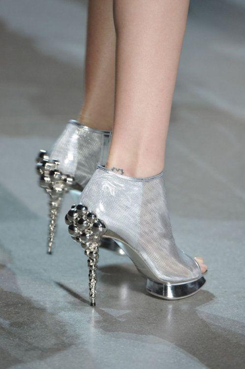 3 sapatos femininos lindos que você ainda pode usar neste