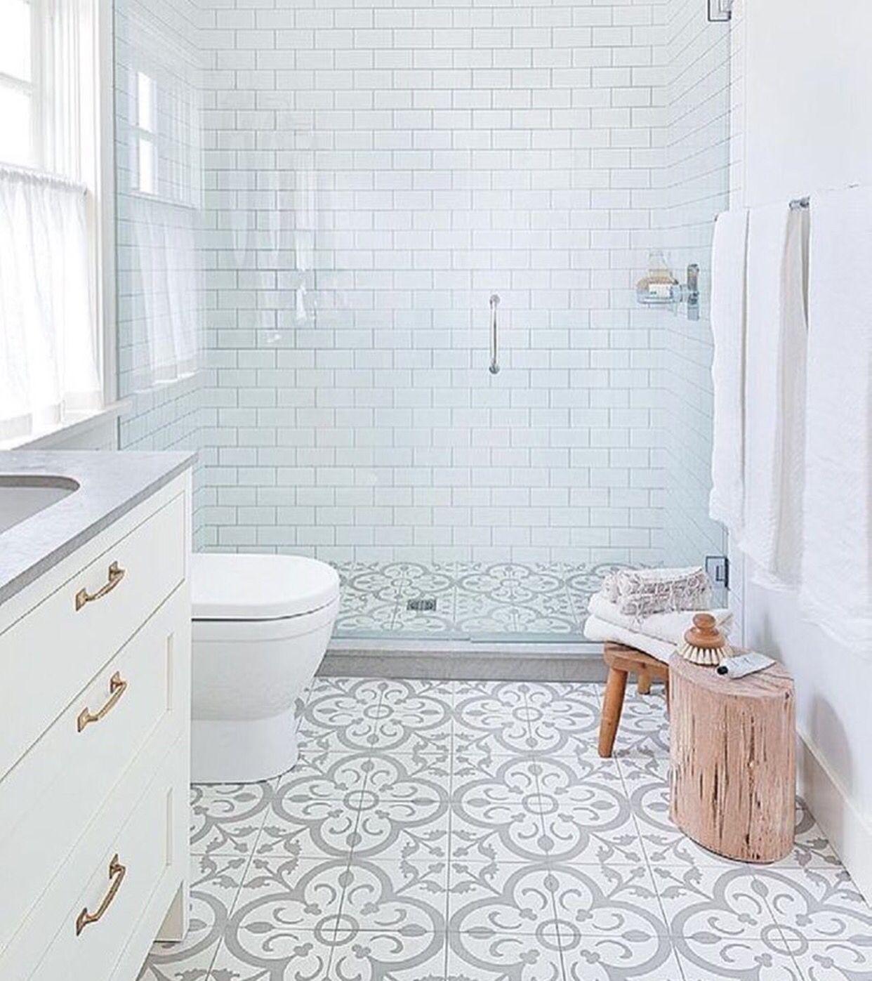 Banheiro clean, moderno, com metro white | Bathrooms | Pinterest ...