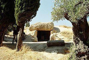Дольмен Менга - крупнейший в Европе дольмен глубиной 25 м. Представляет собой гробницу-курган, сделанный из 32 блоков камня. Расположен курган в Андалусии, в окрестностях города Антекера.