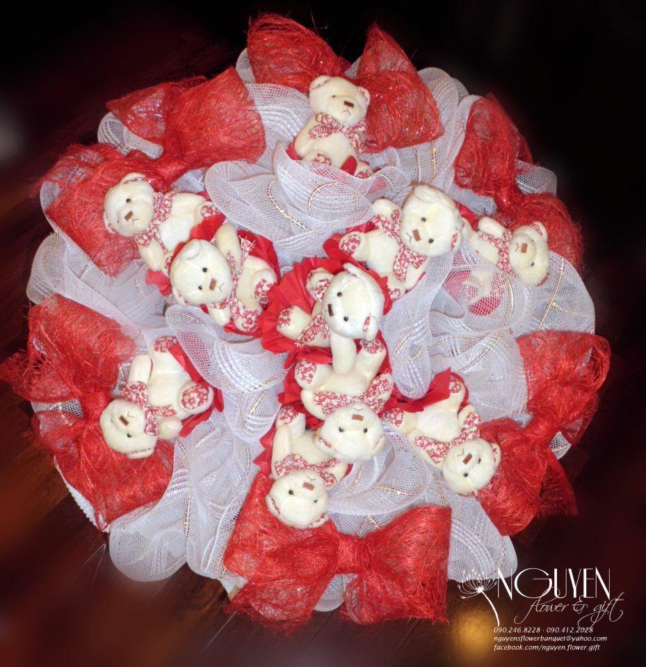 Bó hoa gấu bông : 10 gấu bông bó lưới trắng trang trí thêm nơ đỏ