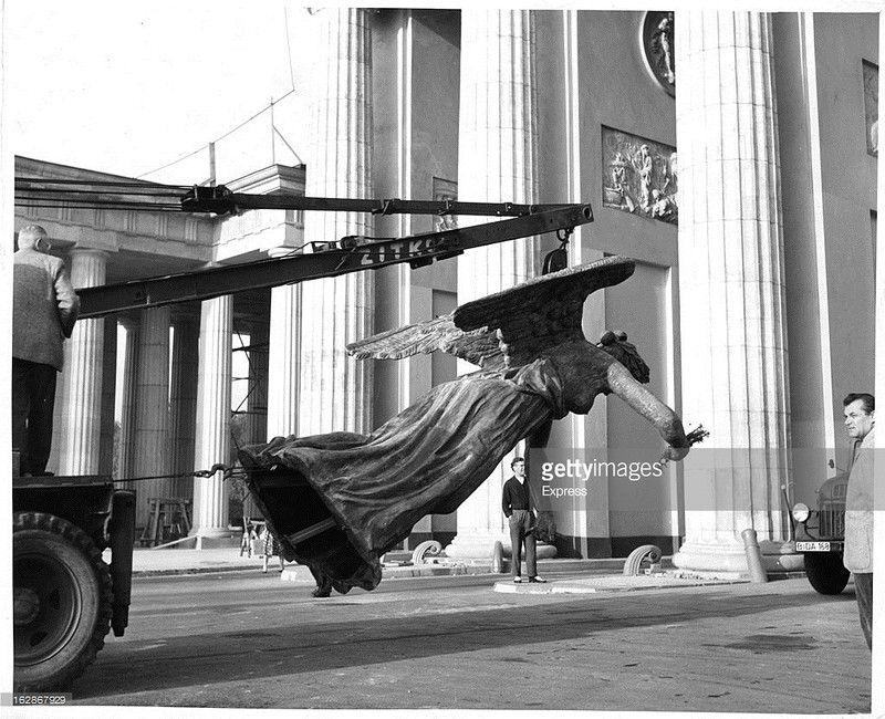 Am 6 August 1958 Bauarbeiten Am Brandenburger Tor Die Quadriga Kehrt Zurueck Brandenburger Tor Berlin Geschichte Und Berlin