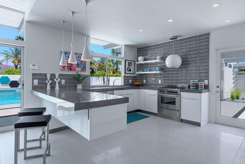 Weiße Küche mit grauer Arbeitsplatte und Fliesenspiegel | Apartments ...