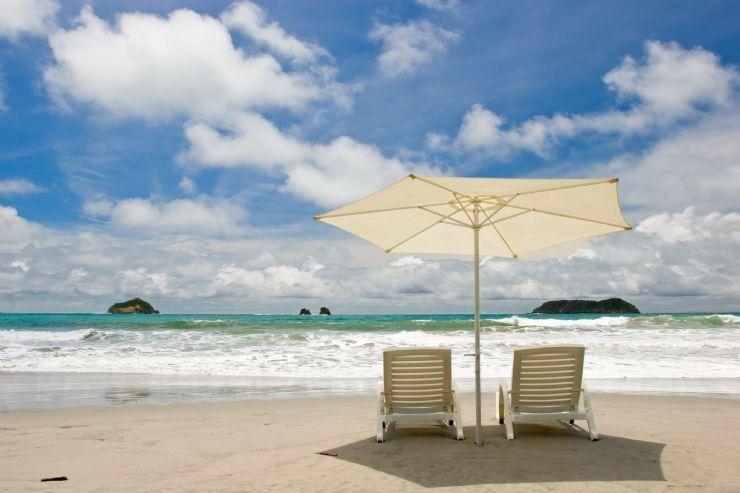 Sombrillas y sillas en Playa Espadilla en Manuel Antonio -
