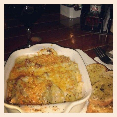 Pasta al horno con lomo de res y champiñones + vino! de #LaPastizzeria