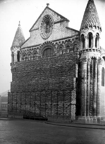 une vue de la faaade ouest. POITIERS - Eglise Notre Dame La Grande Vue Extérieure : Façade Ouest. Pose Des Une De Faaade Ouest