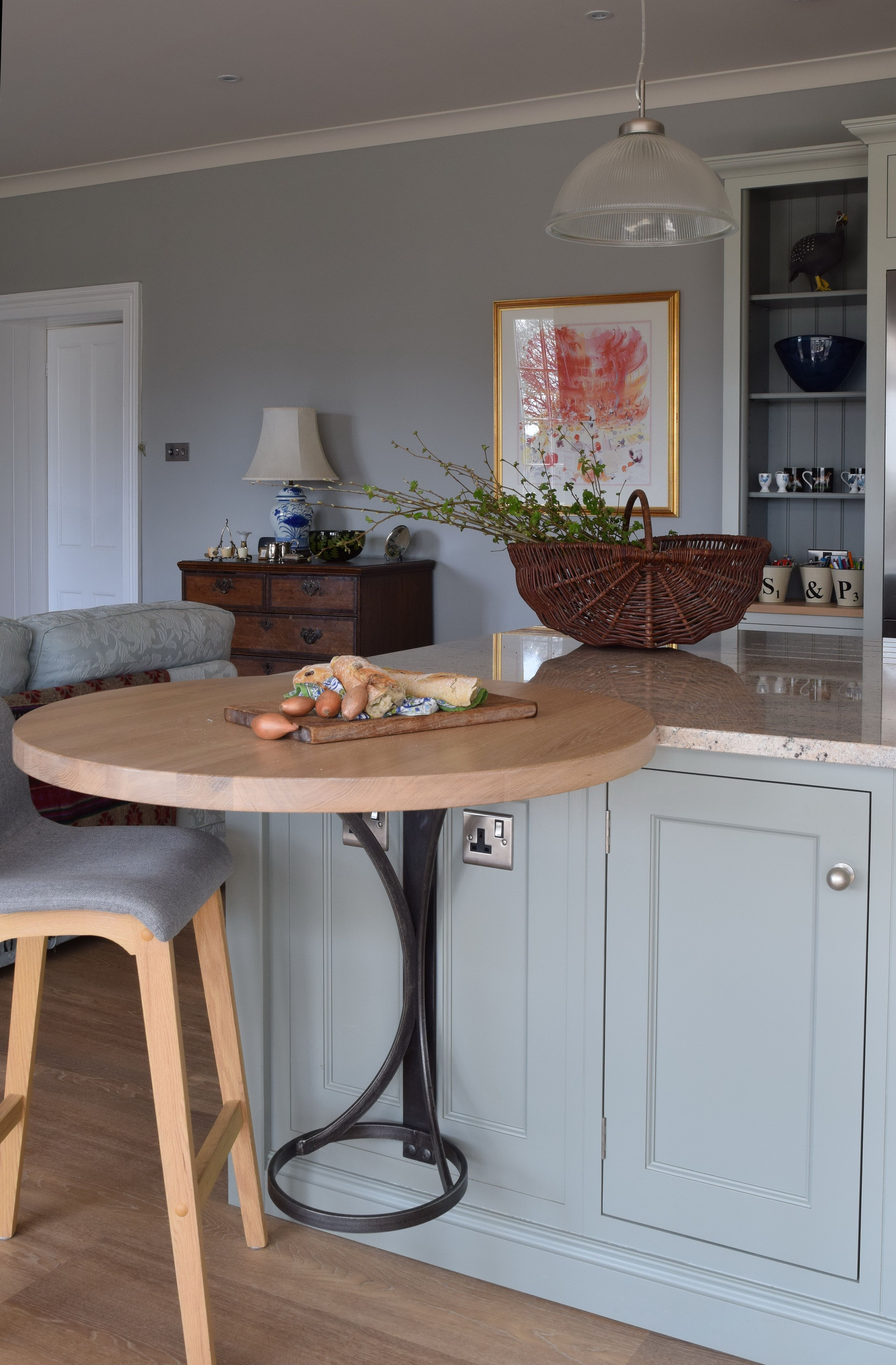 Kitchen island with round integrated table, with bespoke
