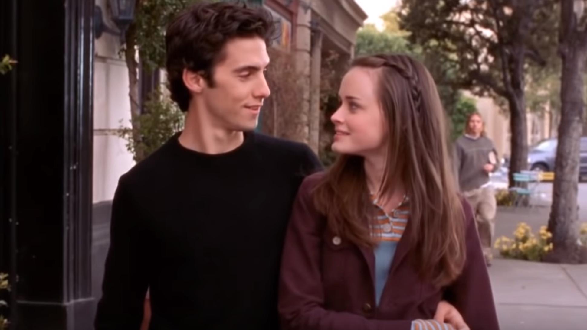 Terza stagione delle Gilmore Girls: Rory e Jess camminano per le strade di Stars Hallow.