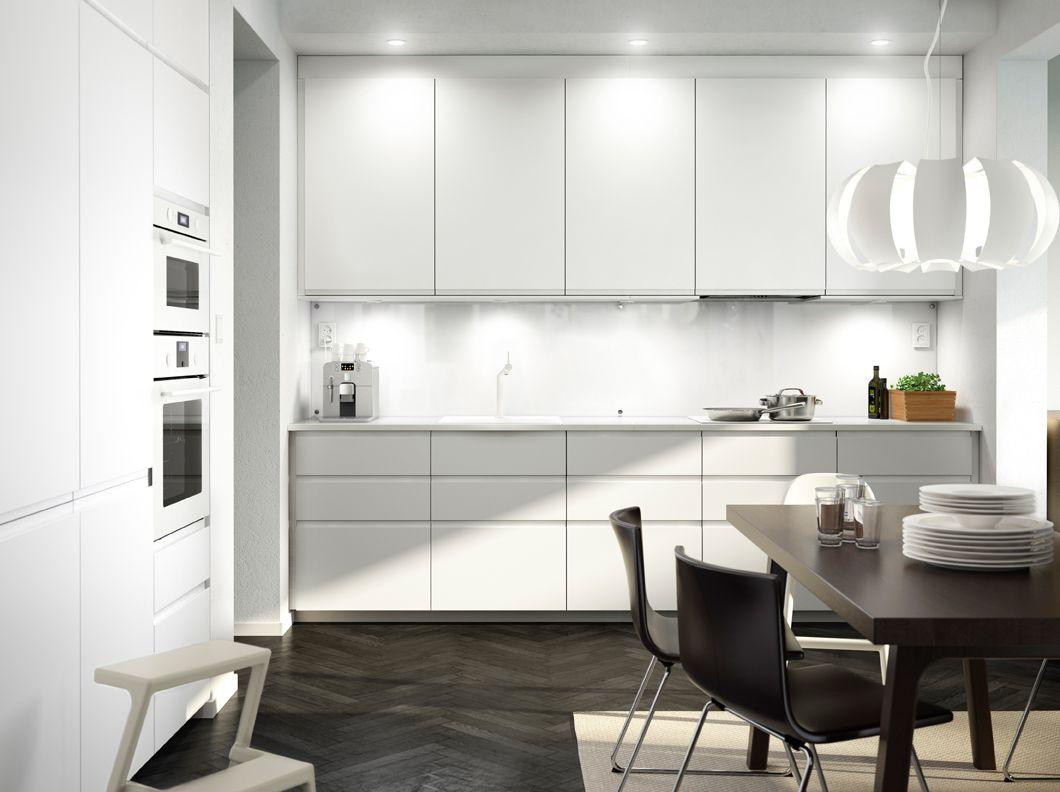 Cocina blanca con electrodom sticos blancos sillas de for Cocina con electrodomesticos