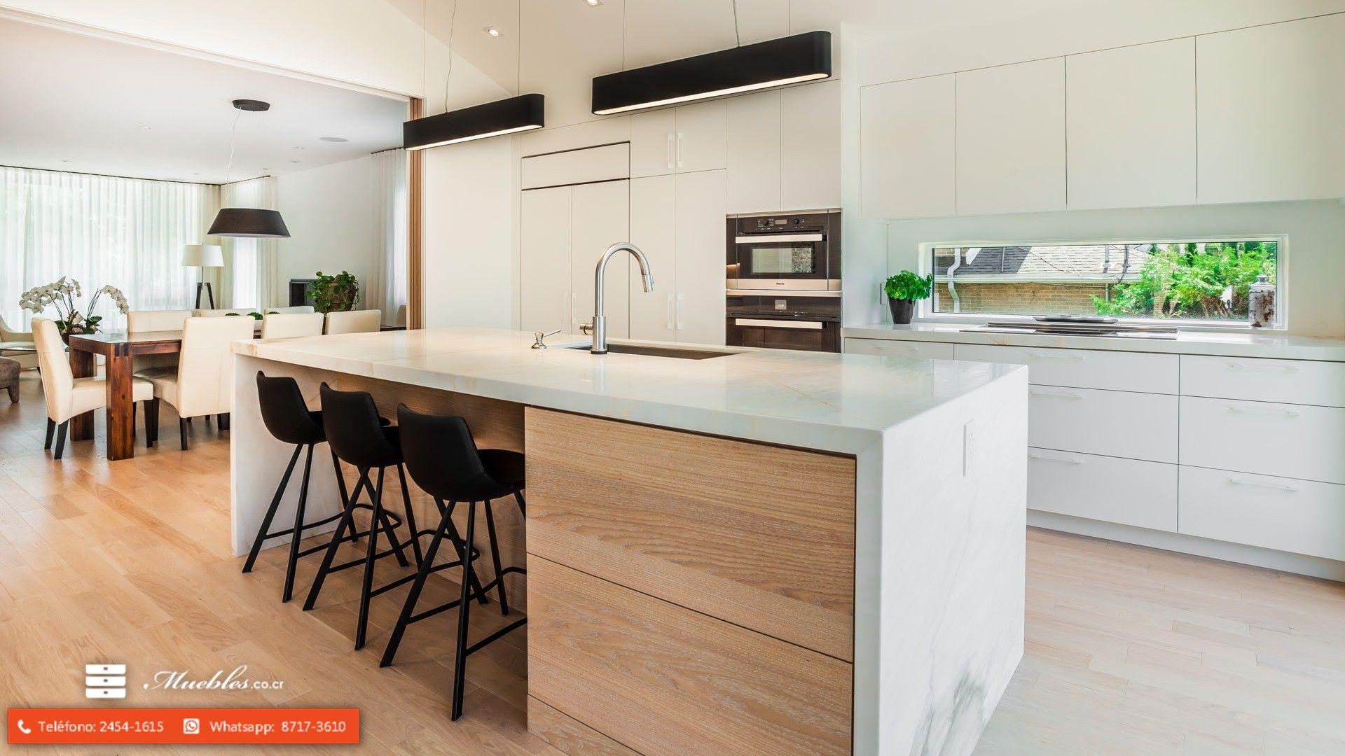 Precioso Mueble En Un Tono Blanco Con Una Isla Recubierta En Marmol No Te Demores Más En Muebles De Cocina Interior De Cocina Diseño De Interiores De Cocina