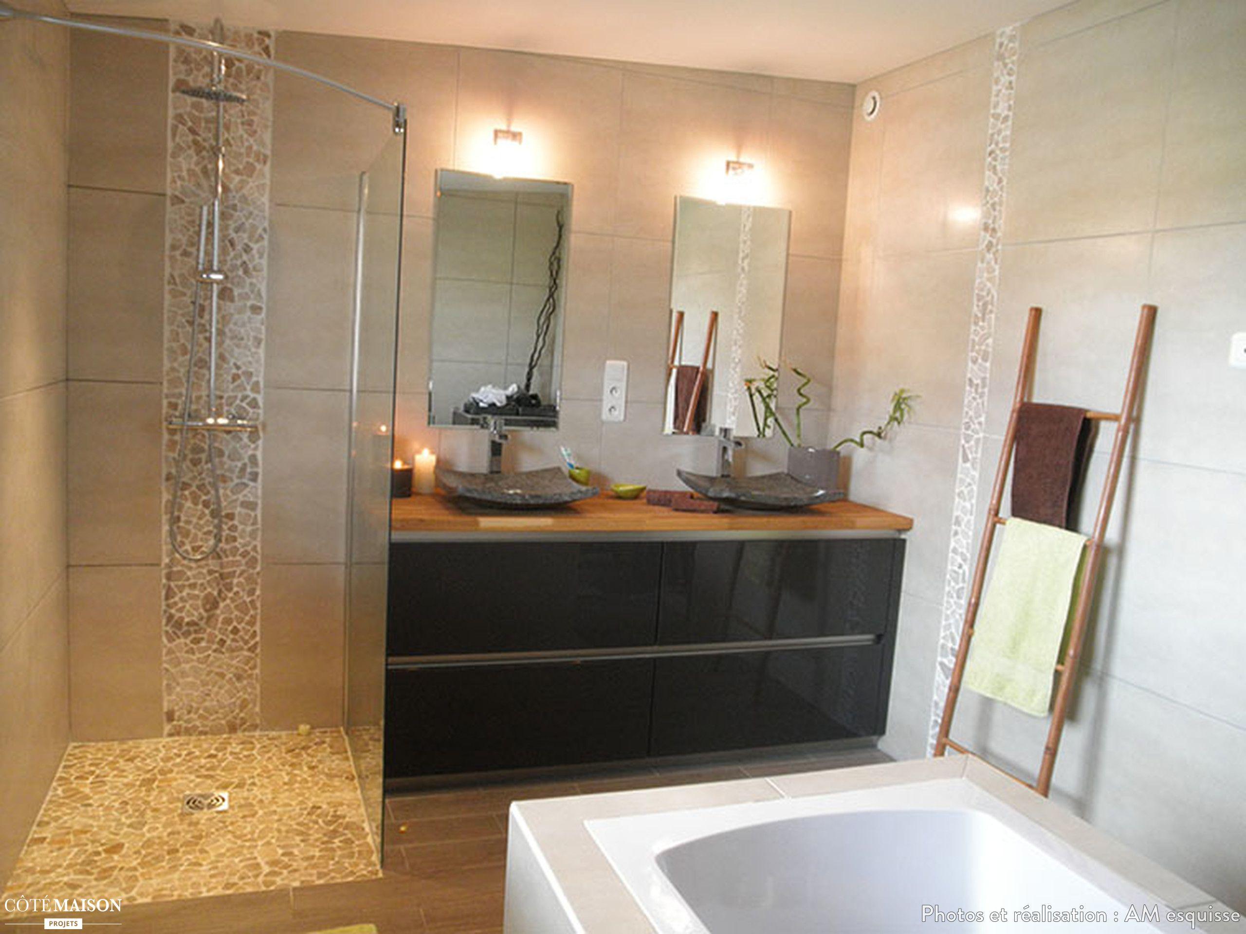 Salle de bain avec douche à l\'italienne et baignoire îlot ...