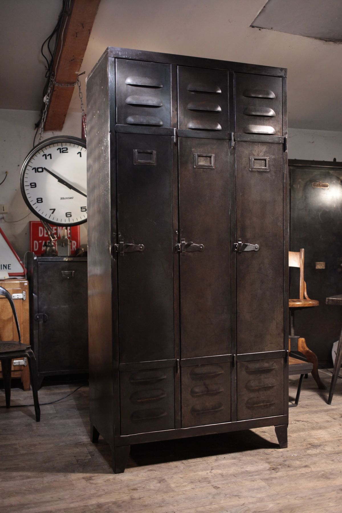 meuble de metier industriel ancien vestiaire en metal 1940 deco loft masculine industrial. Black Bedroom Furniture Sets. Home Design Ideas
