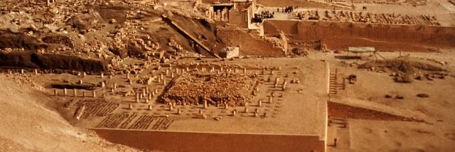 Il tempio funerario del re Mentuhotep II  (2061-2010 a.C.) a Deir el-Bahari. Sullo sfondo si intravedono parte del tempio della regina Hatshepsut (1479-1458 a.C.) e del tempio di Thuthmosis III (1479-1425).