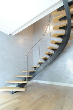 escalier escalier limon central acier elliptique, marche hêtre ...