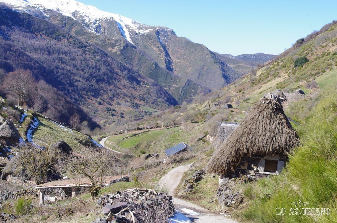 Cabaña de teito en la braña somedana de La Pornacal, en el valle de Pigüeña, Somiedo.