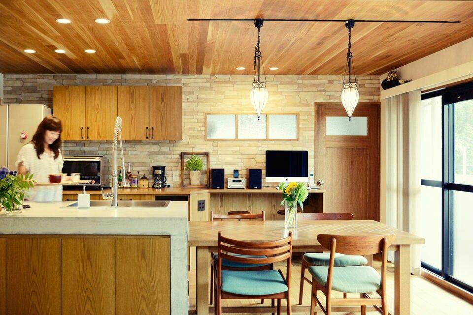 木目のキッチン 壁はタイル調 ブルーの椅子 和風の家の設計