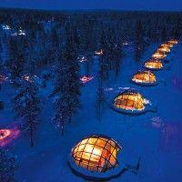 Tentez cette expérience de passer la nuit façon esquimaux grâce à Igloo Village Kakslauttanen.