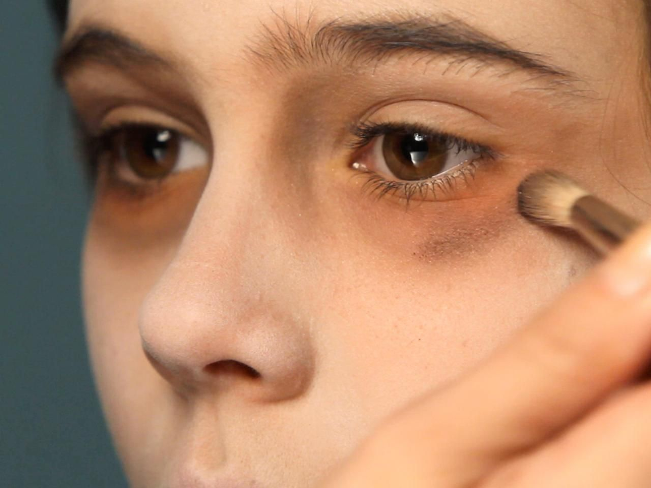 how to put eyeshadow under your eyes
