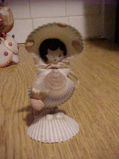 VINTAGE SEASHELL & PIPE CLEANER FIGURAL LADY FIGURINE WITH BONNET HOLDING PURSE