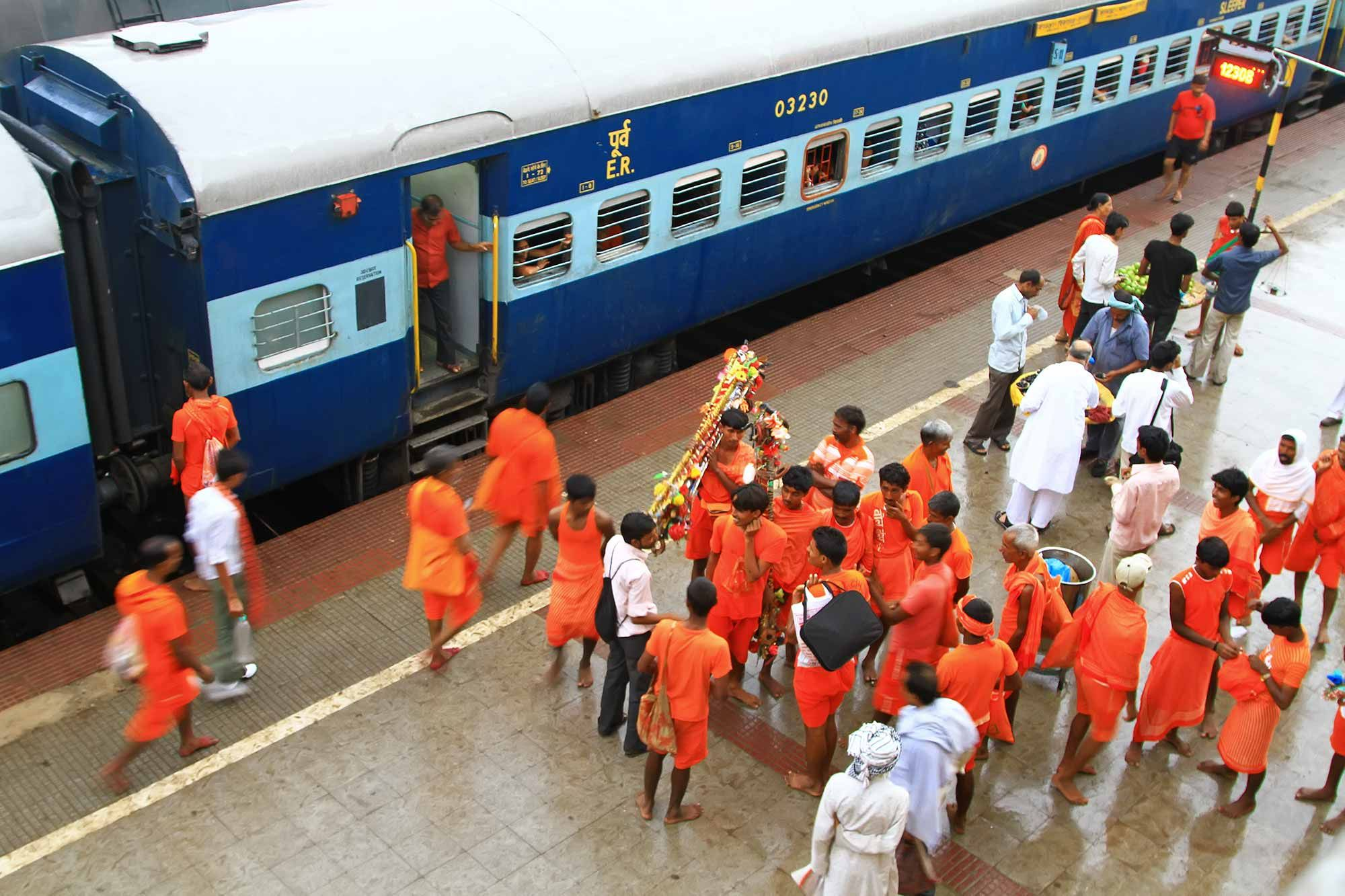 Varanasi-train-station-Hindus-india