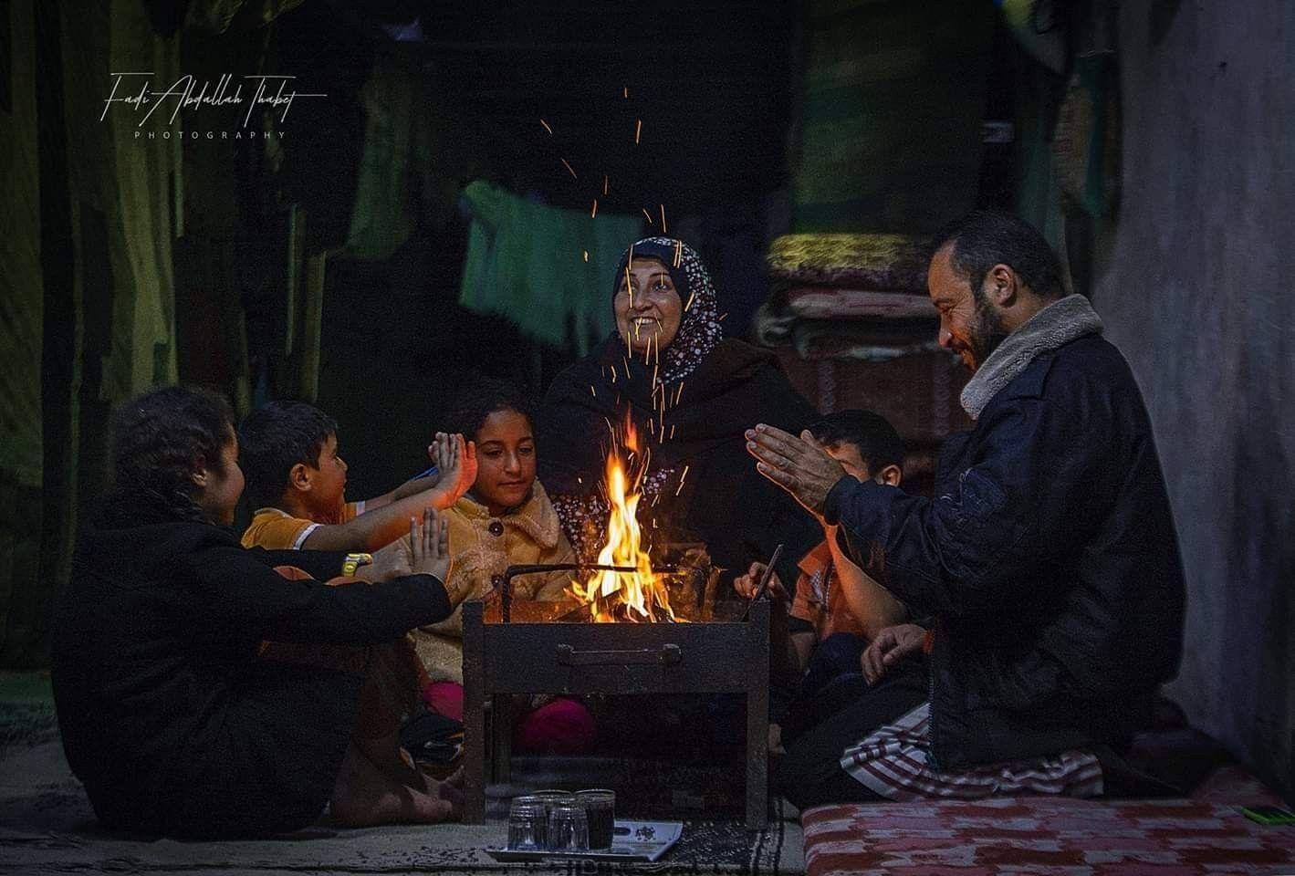 أجواء الشتاء في غزة المحاصرة عائلة فلسطينة من مخيم خانيونس جنوب قطاع غزة تجلس حول الكانون تصوير فادي ثابت Art Painting Palestine
